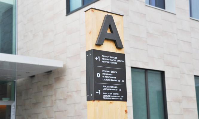 大学导向标识 指引未来的路